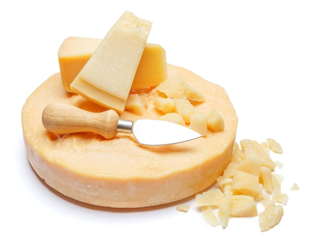 Cabeça inteira e pedaços de queijo duro parmesão