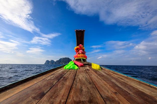 Cabeça longa cauda de barco no mar com fundo de céu azul