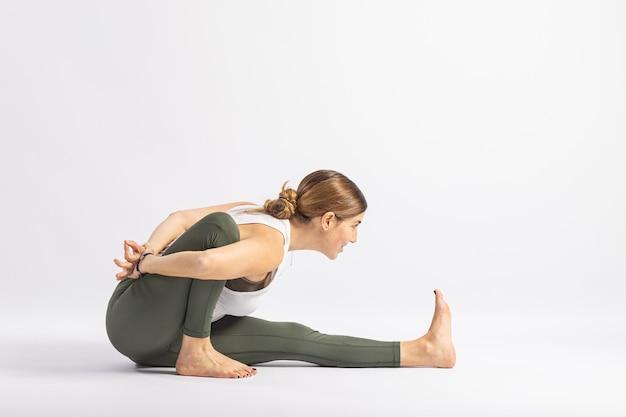 Cabeça sobre os joelhos, pose de ioga postura asana