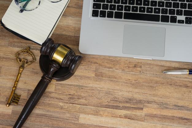 Cabeçalho de herói do espaço de trabalho com gawel de lei, vista superior, espaço de cópia na mesa de madeira