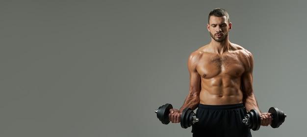 Cabeçalho do site do adorável fisiculturista construindo músculos com halteres isolados em cinza