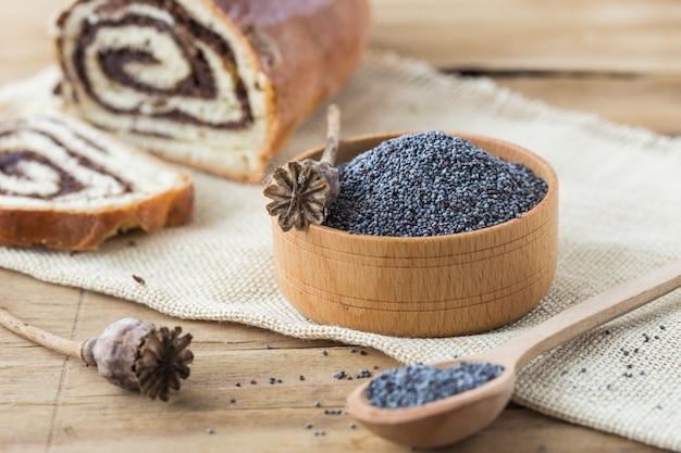 Cabeças de papoula secas e sementes. papoila azul. cabeças de papoula secas e sementes. papoila azul na tigela
