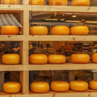 Cabeças de queijo na vitrine