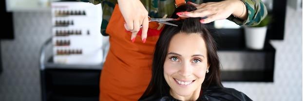 Cabeleireira corta retrato de cliente mulher. cuidado profissional do cabelo