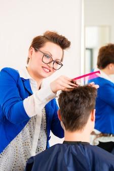 Cabeleireiro, aparando, cabelo homem, em, barbearia