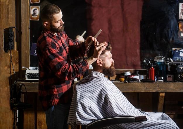 Cabeleireiro atendendo cliente na barbearia.