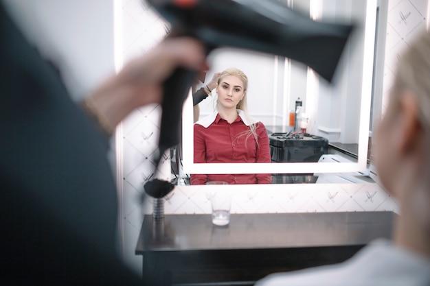 Cabeleireiro com estilo cabelo de jovem mulher