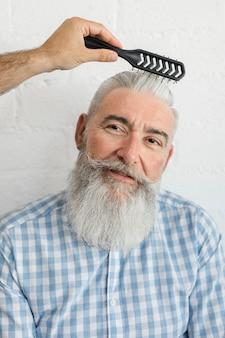 Cabeleireiro, corrigindo, penteado, para, envelhecido, cliente