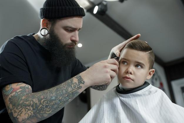 Cabeleireiro cortar cabelo de menino