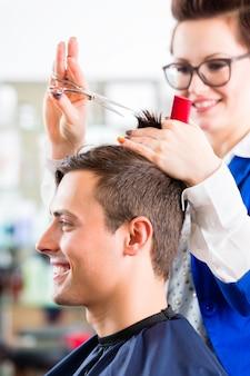 Cabeleireiro, corte, cabelo homem, em, barbearia