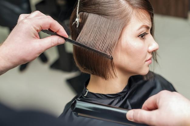 Cabeleireiro. corte de cabelo de mulher. corte.