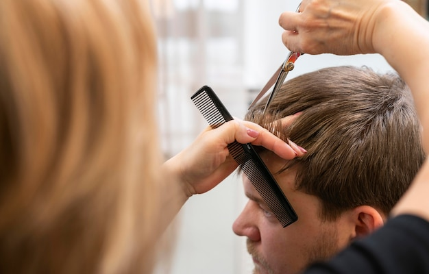 Cabeleireiro cuidando do cabelo de uma cliente