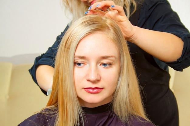 Cabeleireiro, dando um novo corte de cabelo