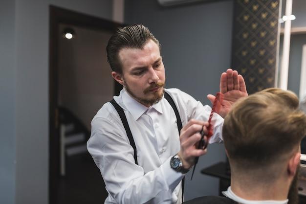 Cabeleireiro elegante estilo cabelo de homem