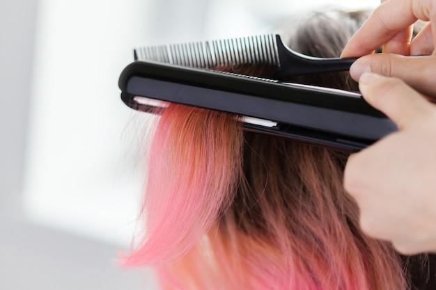 Cabeleireiro faz o estilo de cabelo da mulher