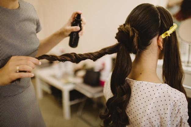 Cabeleireiro faz penteado casamento para noiva de cabelos compridos