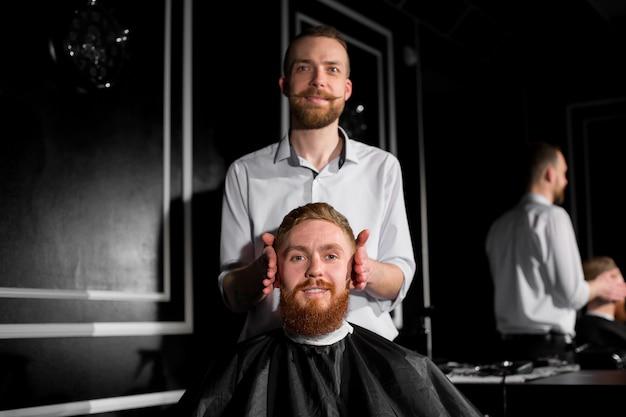 Cabeleireiro faz penteado com tesoura e um pente de metal