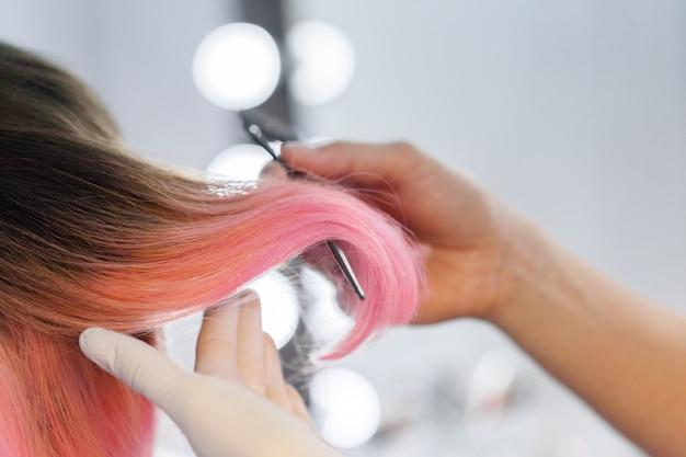 Cabeleireiro faz penteado de mulher