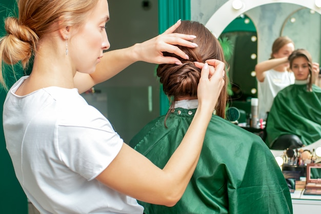 Cabeleireiro faz penteado.