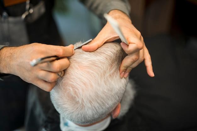 Cabeleireiro, fazendo, corte cabelo, para, cliente, em, estúdio