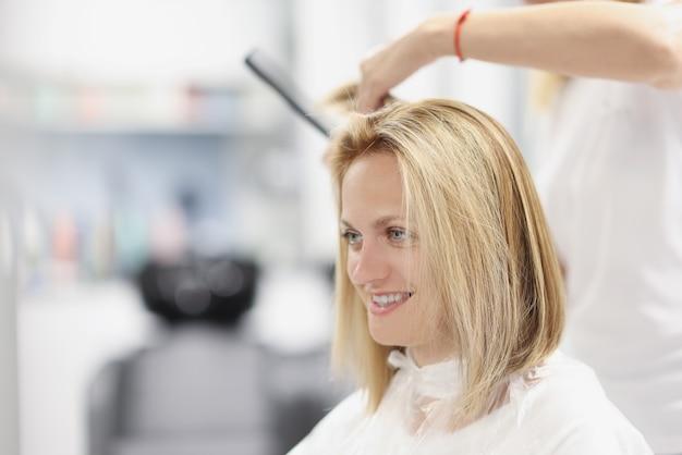 Cabeleireiro fazendo corte de cabelo bob em salão de beleza
