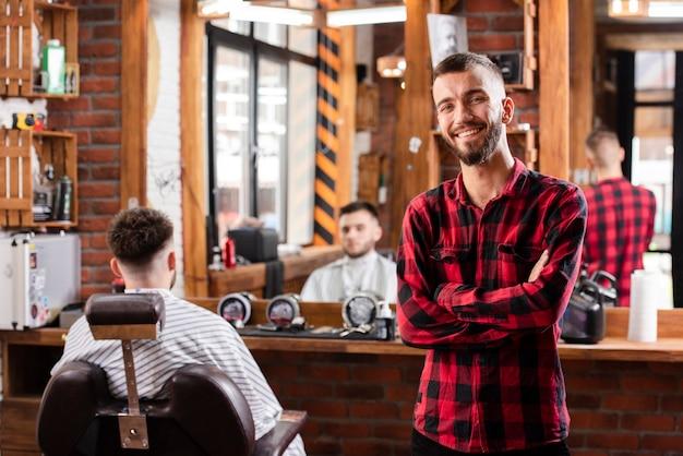 Cabeleireiro jovem sorridente com camisa