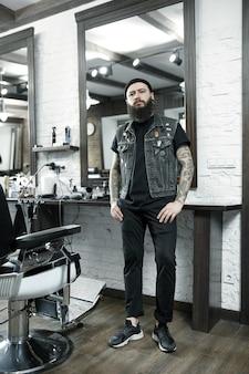 Cabeleireiro masculino contra um fundo de barbearia.