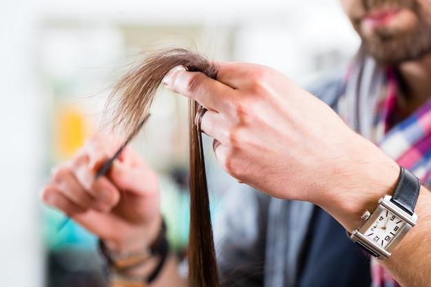 Cabeleireiro masculino, corte de cabelo de mulher na loja de cabeleireiro