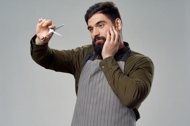 Cabeleireiro masculino e barbearia posando em