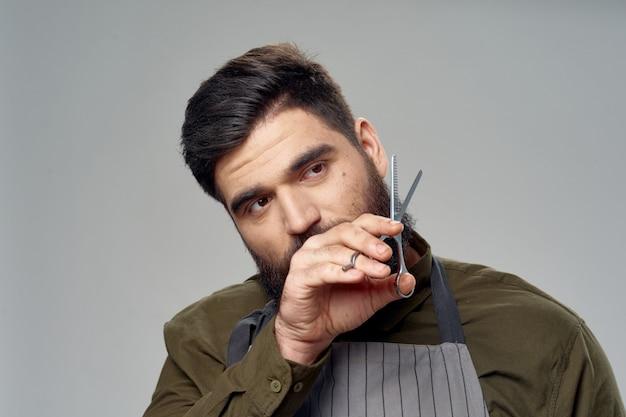 Cabeleireiro masculino e barbearia posando no estúdio