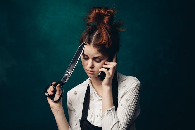 Cabeleireiro mulher com uma tesoura nas mãos dela