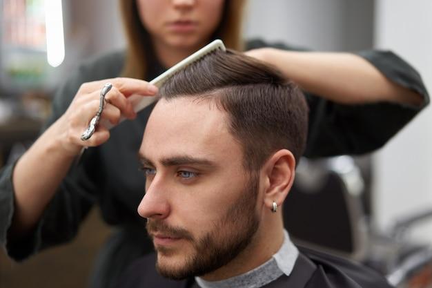 Cabeleireiro mulher cortar cabelo bonito caucasiano jovem