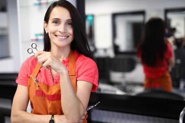 Cabeleireiro mulher segurando uma tesoura nas mãos