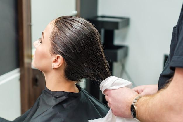 Cabeleireiro profissional, limpando o cabelo de seu cliente