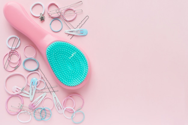 Cabeleireiros e ganchos de cabelo, escova de cabelo, conceito de beleza. lay plana. espaço livre para texto