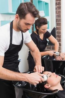 Cabeleireiros, lavando, seu, clientes, cabelo