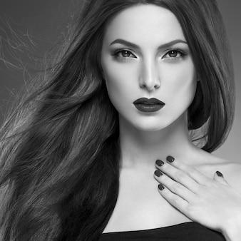Cabelo beleza mulher longa bruette lisa linda manicure unhas modelo batom vermelho fundo marrom retrato de maquiagem de noite. tiro do estúdio. cinza. monocromático. preto e branco.