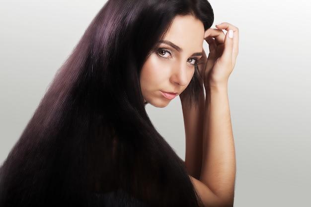 Cabelo bonito. rapariga com cabelo longo escuro bonito.