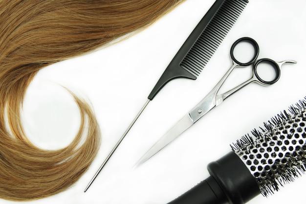 Cabelo cacheado e conjunto de cabeleireiro isolado no branco