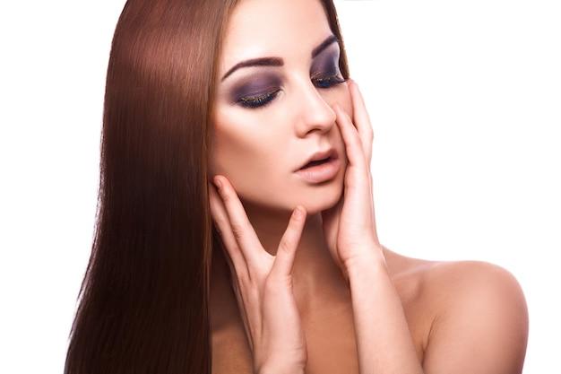 Cabelo castanho reto perfeito saudável da bela mulher adulta caucasiana com olhos fechados em branco.
