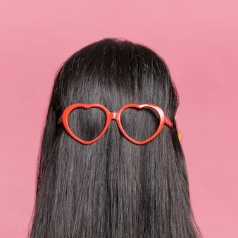 Cabelo comprido de close-up com óculos de sol por trás