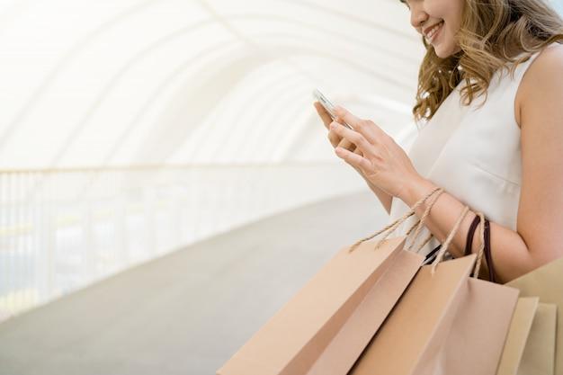 Cabelo comprido linda garota ela está feliz comprando no shopping de rua