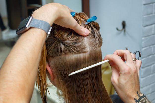 Cabelo cortado no salão de cabeleireiro