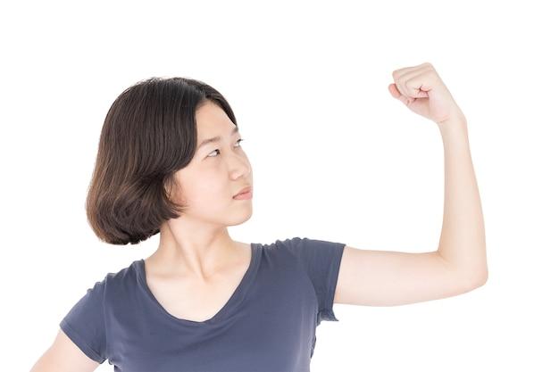 Cabelo curto feminino jovem com t-shirt cinza em branco