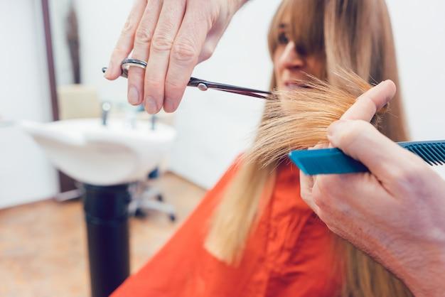Cabelo de cliente de corte de cabeleireiro