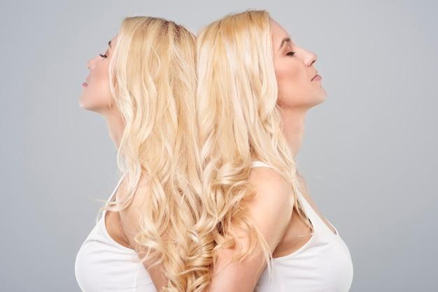 Cabelo loiro lindo de irmãs gêmeas