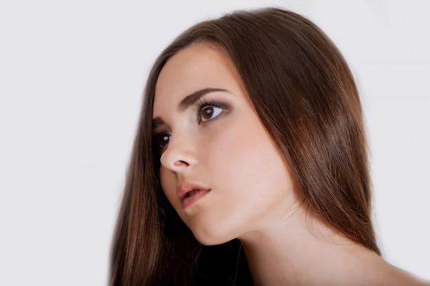 Cabelo loiro. mulher bonita com cabelo longo em linha reta