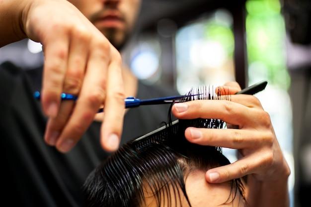 Cabelo molhado close-up, recebendo um corte de cabelo