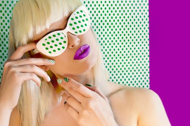 Cabelo na moda em cabelos claros com franja e óculos nos olhos.