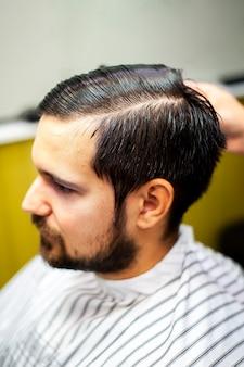 Cabelo penteado de um cliente satisfeito